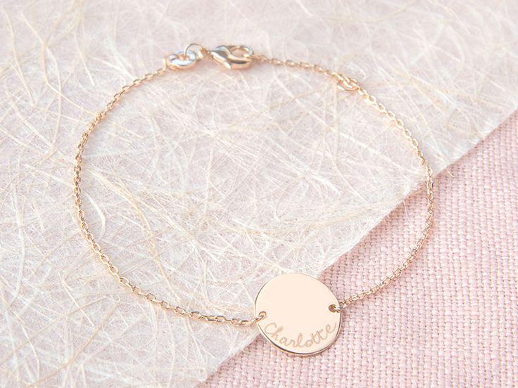 Diese zarte Armkette kann durch sein schlichtes und modernes Design leicht im Alltag getragen werden.Mit Ihrer Gravur  auf der Münze erhält dieses zeitlose Armband einen persönlichen Touch und wird...