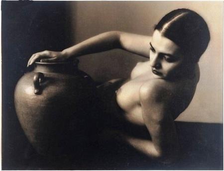 """Tina Modotti, Gerda Taro y Kati Horna"""". Las tres son fotógrafas.  Gerda, Tina y Kati coincidieron en la misma guerra, estuvieron en los mismos frentes. A las tres, la guerra civil española les cambió la vida para siempre."""