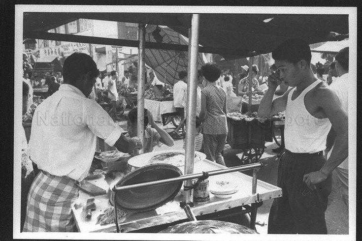 Selling mee siam (?) - 1960. Photo credit: MITA/NAS