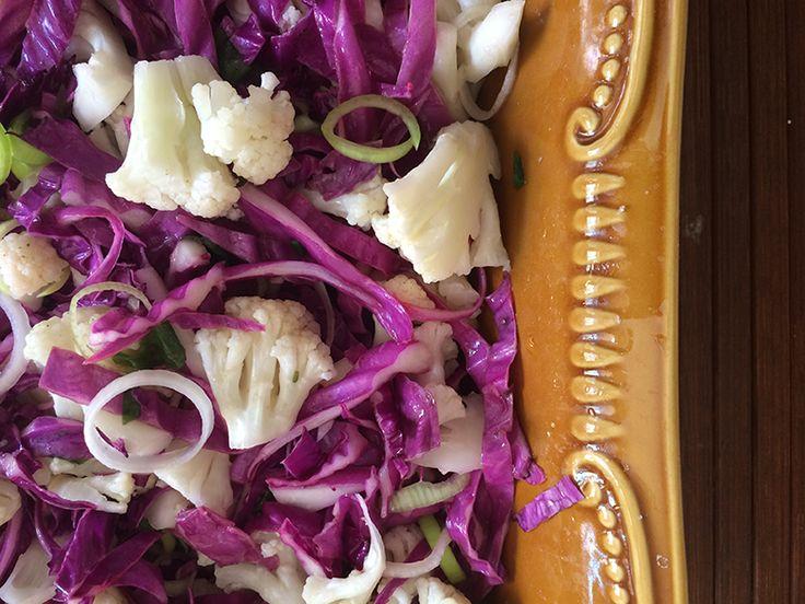 Receita de salada crua de repolho roxo com couve flor e alho poró