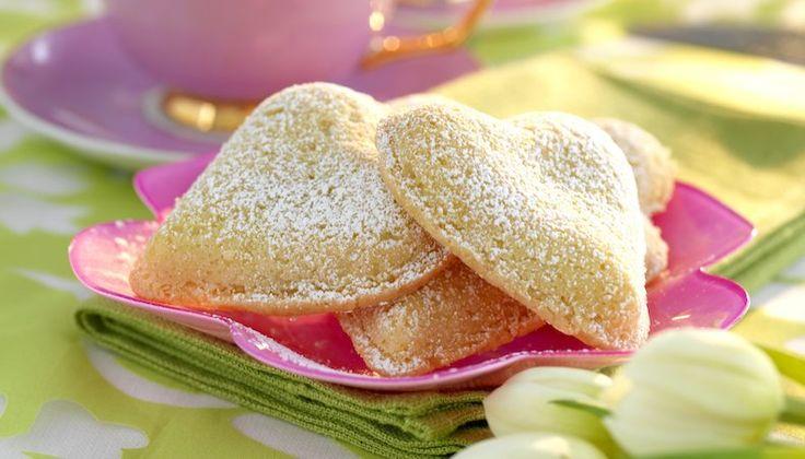Makalöst mums som med sitt oansenliga yttre döljer ett överraskande härligt undergott inre. Fira Allas hjärtans dag men en fint spröd kaka fylld med krämig vanilj.