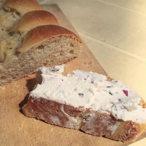 de notre fromage de chèvre sur un morceau de pain brioché #cuisine #food #homemade #faitmaison #recette