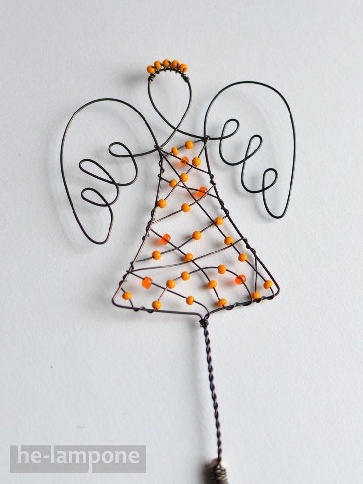 Anděl... strážce květin Drátovaný zápich s andělem. Vánoční, ale i celoroční dekorace, vhodné umístění do květináče u okna, kde se rozzáří korálky. Materiál černý železný drát nebo měděný lakovaný drát, skleněné korálky. Výška anděla 7 cm, celková výška cca 42 cm. Je možné vyrobit na přání v různé barevné kombinaci, nyní k dispozici 3 ...