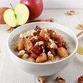 Havermoutpap hoeft helemaal niet saai te zijn. In tegendeel! Maak een feestje van elk ontbijt met deze appeltaart havermout. Gezond, snel en lekker!