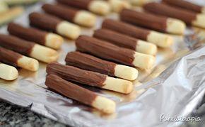 PANELATERAPIA - Blog de Culinária, Gastronomia e Receitas: Palitinhos de Chocolate - 50g de manteiga sem sal gelada (1/4 de tablete). Tire da geladeira por 15 minutos antes de usar. - 120g de farinha (cerca de 1 xícara). - 2 colheres (sopa) cheias de amido de milho (Maizena). - 1 colher (sopa) de essência de baunilha. - 1/4 xícara de açúcar. - 1 pitada de sal.