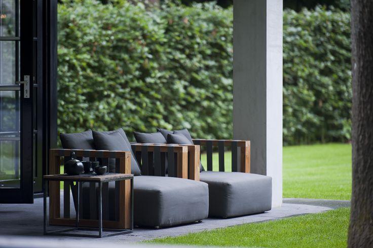 Een dijk van een stoel in massieve teak en waterwerende banden en kussens i royal design - Terras teak zwembad ...