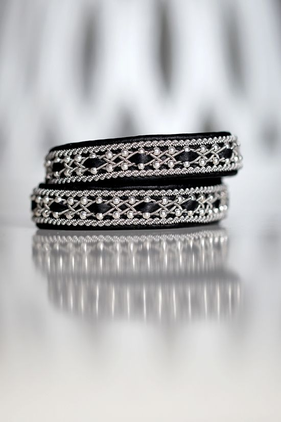 Lindas armband: Mellanbrett tvåvarvsarmband med inflätning, silverpärlor och snoddar