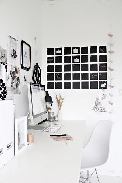 Un calendrier mural original dans ce joli bureau qui joue sur les contrastes blanc/noir #office #bureau