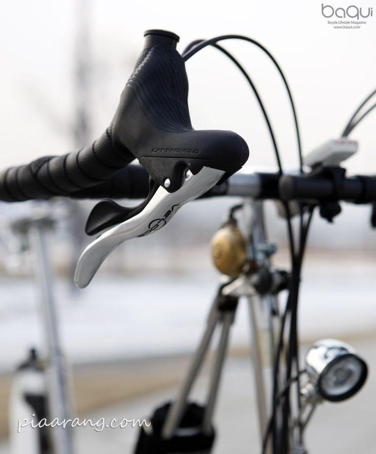 DAHON Classic 3 (Get Away) (1986) 미국 다혼(DAHON)사의 이 접이식 스테인리스 스틸 미니벨로는 근래에는 찾아 볼 수 없는 독특한 외관으로 클래식 자전거 애호가들의 많은 사랑을 받아왔다. 특히 프레임과 핸들포스트를 이어주는 접이 지지대는 접이식 미니벨로 발전사에서 상징적인 의미를 가진다.  스테인리스 스틸 특유의 반짝임은 그대로 유지하고 은색 계열의 부품들을 사용해 클래식한 멋을 한층 더하였다. 투어링 H-바..