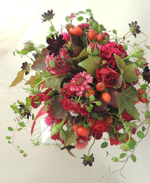 赤いバラの秋ブーケ