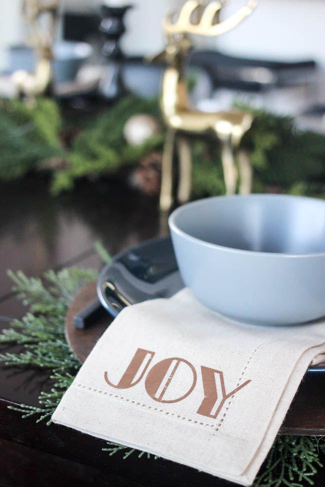 Beautiful holiday napkins! Use iron-on to add a simple, personalized design to any linen or cloth napkins with your Cricut! Love this modern DIY idea for Christmas! #cricutholiday #cricutmade #cricutmaker #Christmas #tablescape