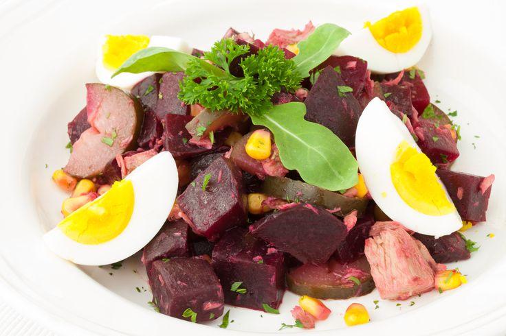 Salát Wellness salát s úžasnými účinky červené řepy s tuňákem, domácí kysanou okurkou a vajíčkem