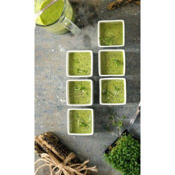 Denna galet gröna soppa är fantastisk som förrätt till ca 10 personer men du kan också halvera receptet och ha den som en lunchsmoothie för att kicka igång dagen och dina superkrafter! Ps. Goda brödpinnar/grissini är hur läckert som helst att ha till!