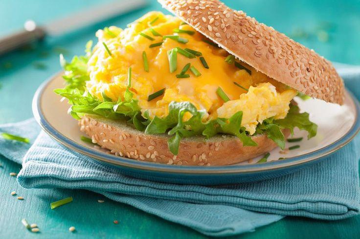 Sjekk hvordan du får eggerøren helt perfekt i smak og konsistens, luftig og myk. Oppskrift på eggerøre i panne, gryte og stekeovn.