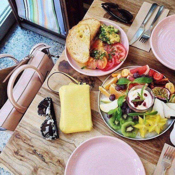 Правильное меню на 1400-1500 ккал ➕ День 1: Завтрак: • 2 яйца (всмятку/отварных) • Огурец, помидор • Кусочек цельнозернового хлеба с творожным сыром • Травяной чай Полдник: • Творог 1% 150 грамм, половина банана/горсть ягод, корица по вкусу  Обед: • Бурый рис/гречка + овощи • 2 котлеты из куриного филе запеченные Полдник: • Фрукты/10 орехов  Ужин • Салат из свежих овощей 250 грамм, кофейная ложка масла • Запеченное или отварное нежирное мясо/рыба 150 гр