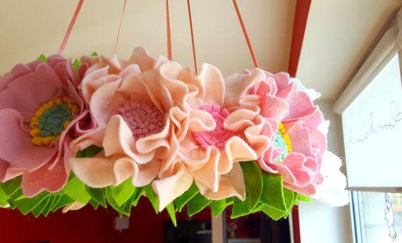 Bloem mobiele, floral baby mobiel, Boheemse bloem mobiele, kinderkamer inrichting, baby mobiele, bloem kroonluchter, vilten bloem mobiele, roze kinderkamer