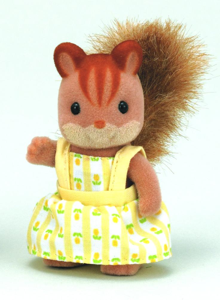 Walnut Squirrel Family Sister - Saffron Η μικρή Saffron λατρεύει κάθε τι που είναι κίτρινο. Το δωμάτιο της είναι γεμάτο απο κίτρινα αντικείμενα που αγαπάει πολύ. Έχει και ένα καταπληκτικό κίτρινο άλμπουμ γεμάτο με αναμνήσεις... Το μόνο κίτρινο που δεν αγαπά είναι τα λεμόνια, είναι τόσο ξινά.
