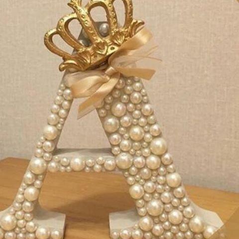 Letras em MDF, customizadas em pérolas, com coroa dourada e laço em organza, valor 39 reais contato 31 985250900