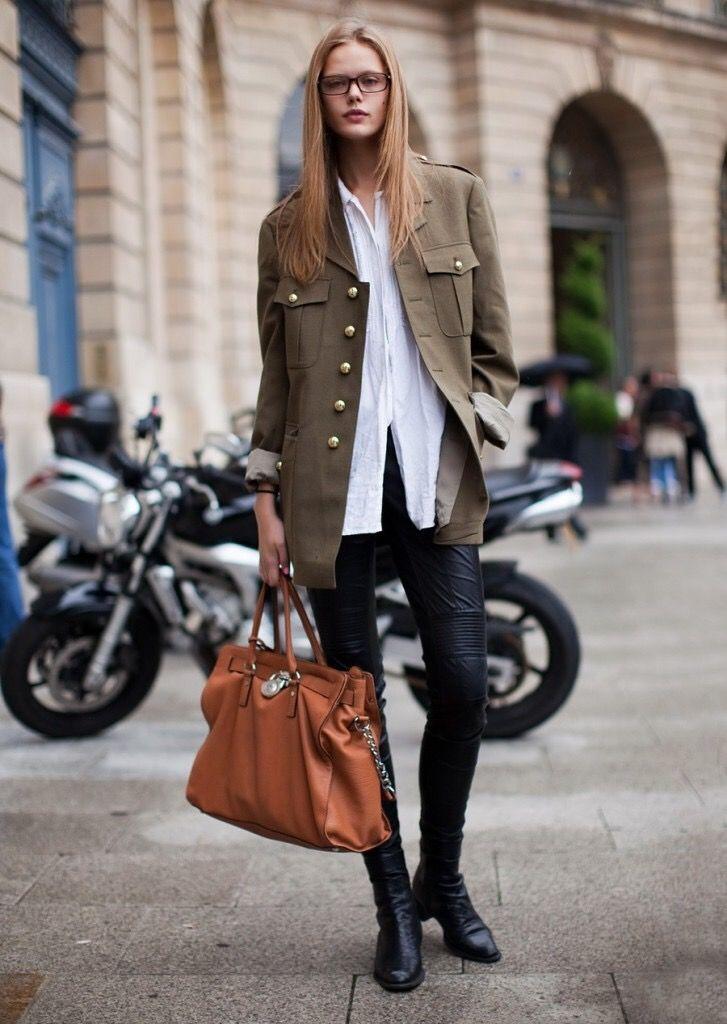 Чёрные кожаные брюки+белая рубашка+милитари пальто
