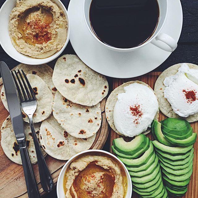 Завтрак. Сегодня ооочень поздний)). Постные лепёшки, авокадо, яйца пашот и хумус. Рецепт лепёшек и хумуса в жж есть! Всем отличного воскресенья!