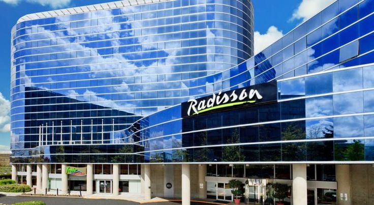 Radisson Hotel Vancouver Airport Richmond Featuring an indoor pool and free airport shuttle service, this hotel and conference centre is less than 5 minutes' drive from Vancouver International Airport. All guest rooms offer flat-screen TVs and free WiFi.