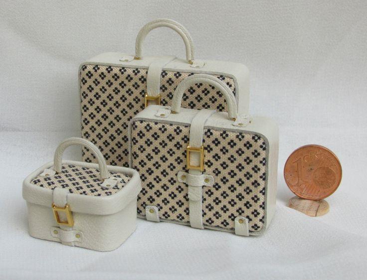 Il set di valigie (non apribili) è completamente realizzato a mano con pelle e tessuto fantasia e si inserisce perfettamente sia in un contesto