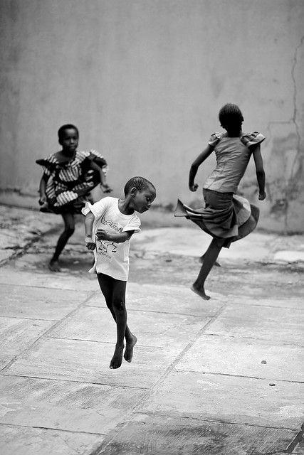 Simeplheid; zwart wit Dancing Children, Lagos, Nigeria