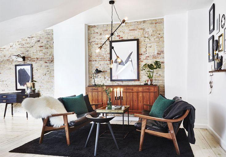 Una mansarda in stile newyorkese arredata con pezzi vintage danesi degli anni 50 e mobili di riciclo.