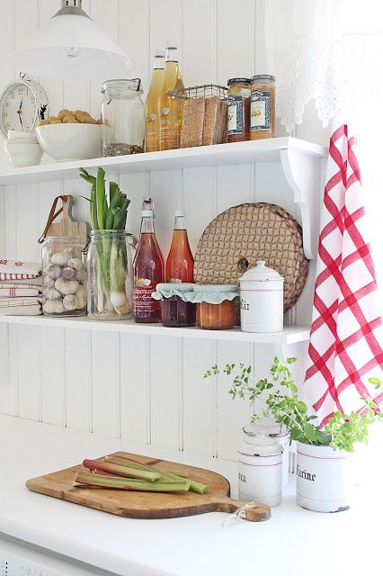 Open shelves in the kitchen: my weakness.