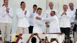 Le président colombien, Juan Manuel Santos, serre la main du chef des Farc, Rodrigo Londono, le 26 septembre 2016 à Carthagène (Colombie).   FERNANDO VERGARA / AP / SIPA