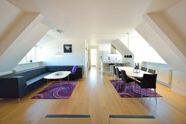 Penthousewohnung lila Teppiche Essplatz Ecksofa Dachschräge
