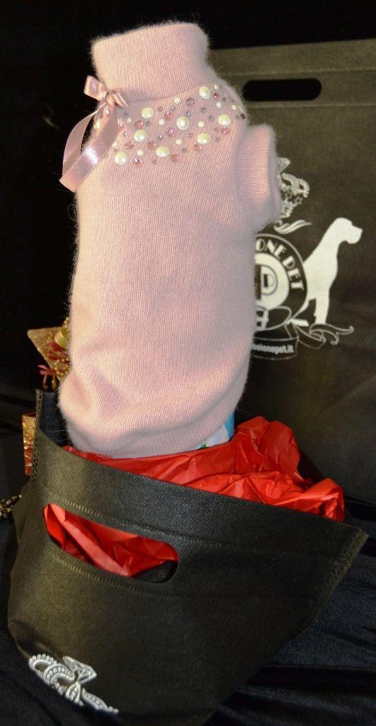 Elegante maglia in pregiata lana rosa, arricchita con applicazioni di perle e strass al collo, impreziosito da spilla removibile. disponibile nei modelli per cani taglia SMALL, LONG e GIANT. Per informazione contattatemi al +39 348 3679291, al +39 347 4540271 o inviami una e-mail all'indirizzo info@passionepet.it