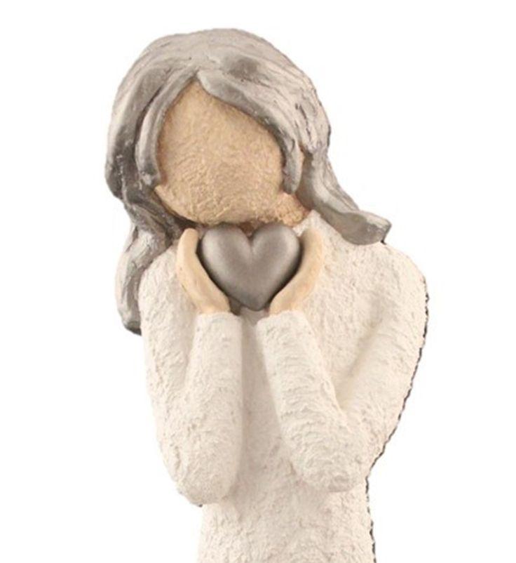 Søt og glad damefigur med, med hjerte opp til ansiktet. Håndmalt og håndlagd i Lillesand. Figuren er 33 cm høy og håndlagd i kaldstøpt keramikk. Figurene finnes i 3 størrelser, skulptert i en litt grov murstruktur. Dette er den mellomstore størrelsen. Damefiguren har en flott fasong, og er den perfekte gaven! Pris kr. 419,-
