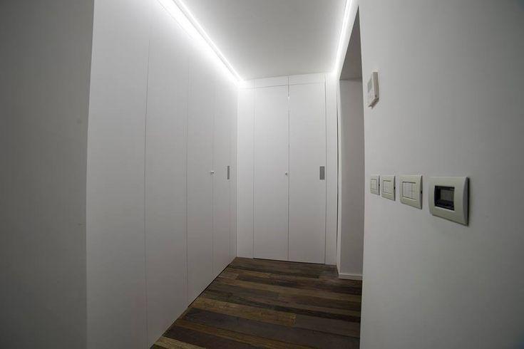 Pareti con porte inserite di accesso a cabina armadio.Realizzate su misura in legno.