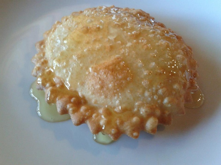 Seadas - una sfoglia sottile, un cuore di formaggio, un velo di miele o una nuvola di zucchero...