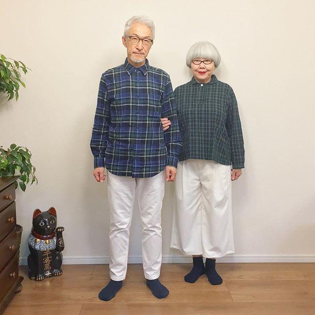 秋色チェックコーデ。 ボトムスは黒や紺だと重くなるので爽やかに白にしてみました。 bon (オールUNIQLO) pon ・ブラウス(楽天) ・ワイドパンツ(GU) #チェックコーデ #夫婦 #60代 #ファッション #コーディネート #夫婦コーデ #今日のコーデ #グレイヘア #白髪 #共白髪 #couple #over60 #fashion #coordinate #outfit #ootd #instafashion #instaoutfit #instagramjapan #greyhair ・ 私達の本が出ます‼️ 「bonとpon ふたりの暮らし」(10/20発売) 楽天ブックス・Amazonで予約受付中です。 書店でも予約できます。 どうぞよろしくお願いします 【楽天ブックス】 https://a.r10.to/hO4of7 【Amazon】 http://amzn.to/2wn7VQN