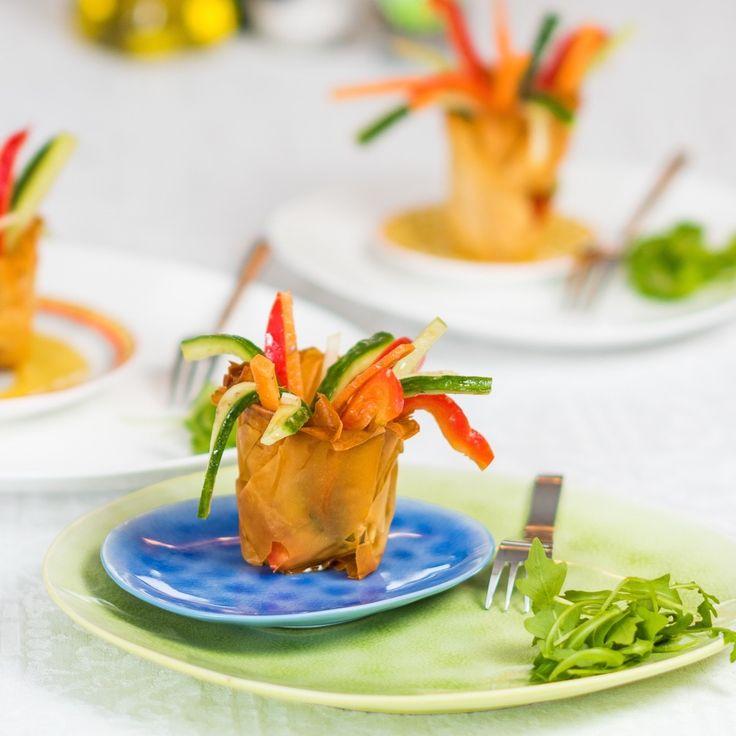 Gemarineerde groenten in een bakje van filodeeg