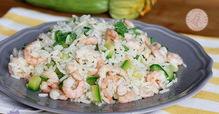Il riso gamberetti e zucchine un primo piatto estivo veloce da preparare, gustosissimo perfetto da portare al mare e sporcherete solo una pentola.