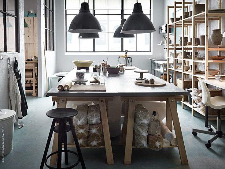 Här i keramikverkstan pågår arbetet för fullt. Dagens inspiration sätter hantverket i första rum, i en luftig miljö som ger skön och kreativ arbetsro. Det är dags att göra plats för våra intressen!