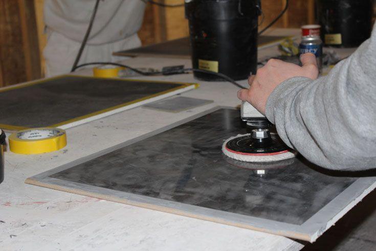 Als er grote oppervlakken moeten worden afgewerkt, is het handig om een hier een machine voor te gebruiken.