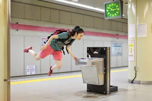 """坂井直樹の""""デザインの深読み"""": 日常の風景にふわっと浮かぶ無機質な女の子。テーマ『本日の浮遊』は、写真家の林ナツミさんによるブログで掲載されるセルフポートレートのシリーズ。"""