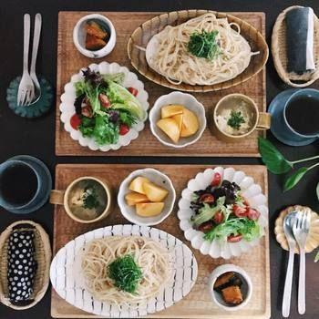 洋食和食とわずスッとなじむスリップウェアは食卓を和ませてくれるあたたかみがあります。