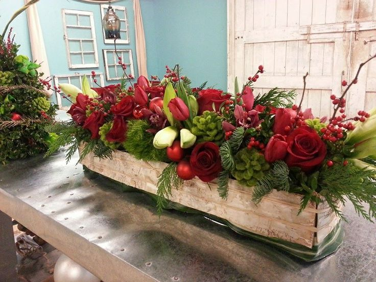 Christmas centerpiece with roses amaryllis winterberry for Amaryllis deco