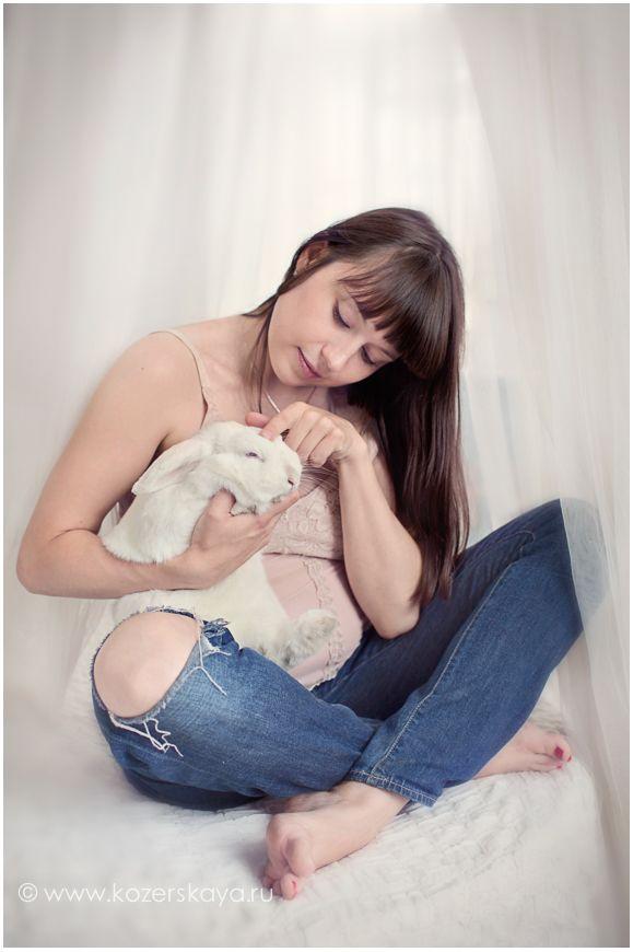 Душевная семейная фотосессия для беременных   pregnancy, maternity photography with a rabbit