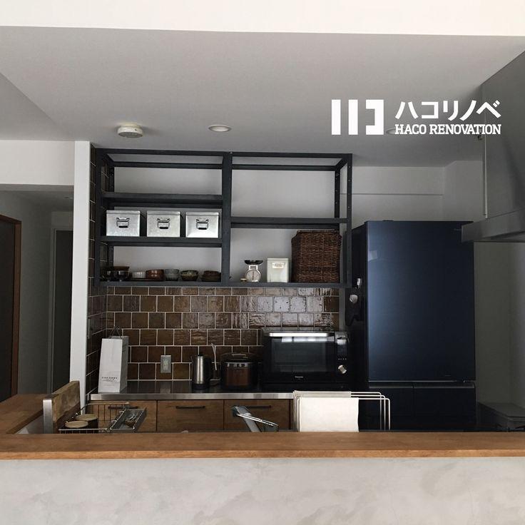味のある釉薬の色のタイルをキッチンの吊り棚下スペースにはめ込んで。吊り棚もアイアンでオーダーしたこだわりの品。収納にアルミボックスを使い、好きな皿を置けばたちまち部屋のポイントに。  #ハコリノベ#ハコリノベ不動産#リノベーション#リノベ#リフォーム#住まい#暮らし#家づくり#家#インテリア#デザイン#空間デザイン#住宅デザイン#住宅#house#renovation#interior#design #マンション #中古マンション #キッチン #キッチン収納 #キッチン雑貨 #キッチン小物 #キッチンインテリア #おしゃれ #お洒落 #タイル #窯変タイル #窯変タイル好きだー
