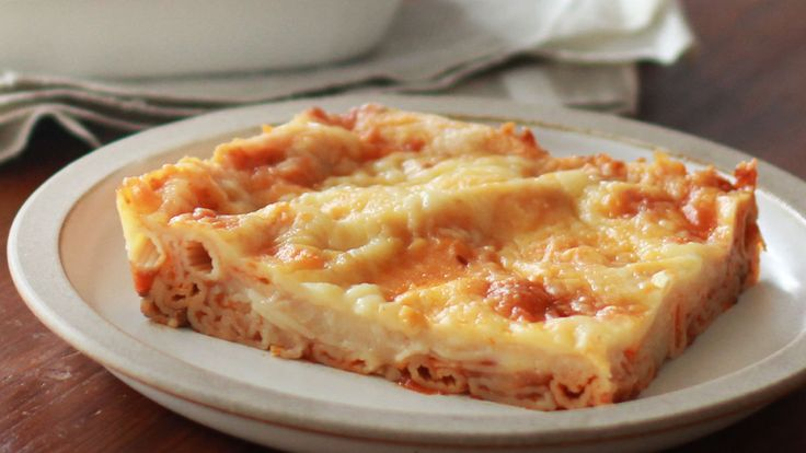 イタリアのイメージが強いパスタ料理ですが、イオニア海を南東に下ったギリシャでも、古くからラザニアによく似た「パスティツィオ」という料理が親しまれてきました。こちらはチューブ型のパスタを層にしたもの。ということは、わざわざ平打ちの専用パスタを用意しなくたって、ギリシャ風を楽しむっていうのもアリですよね。<材料> 2〜3人分・マカロニ:100g・ミートソース:1袋・ホワイトソース:200g・ピザ...