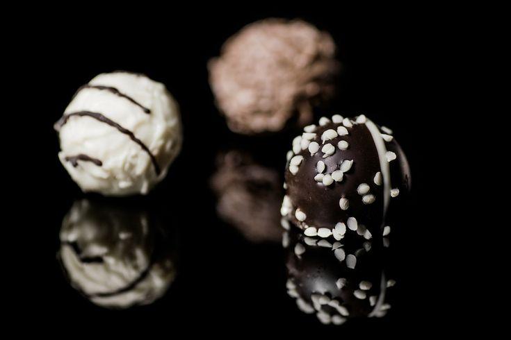 Le praline sono piccoli dolcetti di cioccolato, fatti a mano e generalmente ripieni. Questi pasticcini ricoperti di cioccolato e con ripieni morbidi, vennero inventati in Belgio a Bruxelles dal pasticciere Jean Neuhaus nel 1912, ed è per questo che Bruxelles è considerata la patria delle praline.  #pralinedicioccolato #sweetdreams