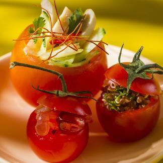 Couper le chapeau des tomates, creuser l'intérieur avec une cuillère. Mélanger les quartiers de pamplemousse avec la chair de crabe émiettée, les graines de grenade, le jus du citron, un peu de zeste râpé et 1 cuillerée à soupe d'huile.Couper le poulet en lamelles, les mélanger à l'ananas, ajouter l'oignon et la coriandre ciselés, 1 cuillerée à soupe d'huile et le vinaigre. Peler et couper l'avocat en dés, ajouter le céleri et le cerfeuil ciselés, le jus de citron, le quinoa et l'huile…