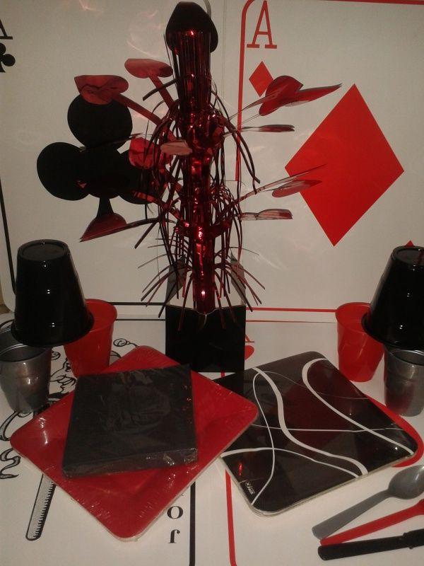 Utiliza platos rojos y negros para decorar tu mesa, puedes añadir tonos plata o dorado. #Fiestastematicas #DecoracionFiestas
