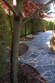 Sfeer in de tuin. Renovatie en onderhoud particuliere tuin met nieuwe sierbestrating en aanplant.